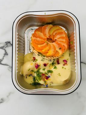 Noix de coquilles Saint Jacques snackée sauce au champagne , tarte fine carotte et poireaux