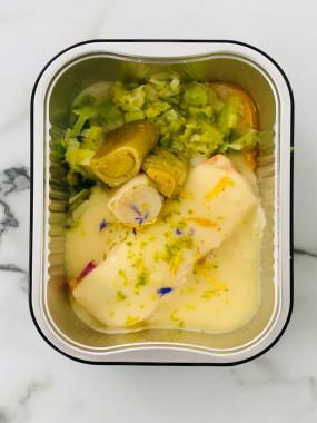 Pavé de saumon rose cuit unilatéral sauce au beurre blanc citronné , tonneau de poireaux au  beurre