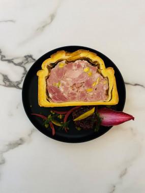 Pâté en croûte de filet de canard, légumes pickles, figues et foie gras